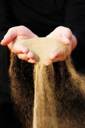 hands off: arena corriendo a trav�s de las manos Foto de archivo
