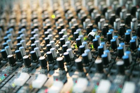estudio de grabacion: Detalle de una mesa de mezclas ............ Foto de archivo