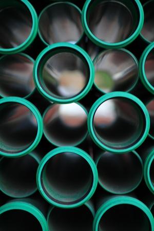 desague: una pila de tubos de color verde en una zona de construcci�n
