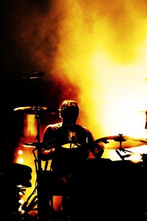 tambor: un baterista en un festival al aire libre Editorial