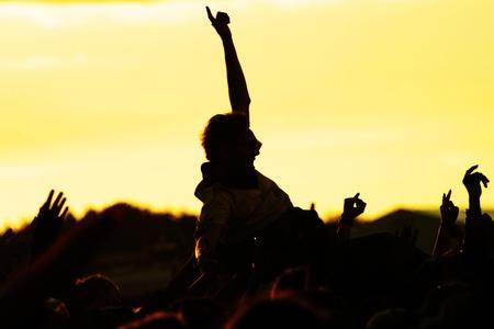 personas festejando: personas que celebraban en una silueta al aire libre