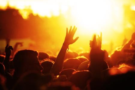 personas festejando: personas que celebraban en un shillouettes al aire libre