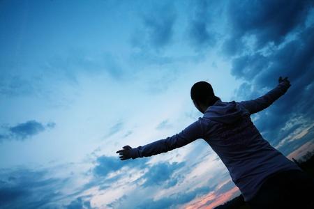 manos levantadas al cielo: sentirse libre bajo el cielo hermoso afuera de la casa