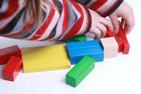 Kind handen te spelen geïsoleerde speelgoed met houten blokken Stockfoto - 16666225