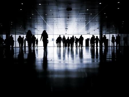 multitud: la gente de negocios caminando por la calle hablando Siluetas Foto de archivo