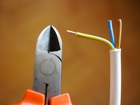 ingenieur electricien: Pinces coupantes lat�rales ont une morsure coupe-fil multiconducteur fil �pais Banque d'images