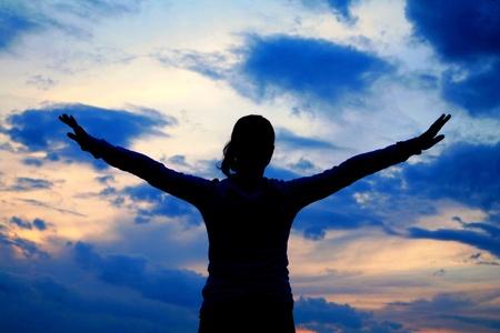 alabando a dios: sentirse libre bajo el cielo hermoso afuera de la casa