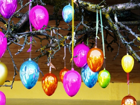 easter tree: Kleurrijke paaseieren Pasen boom buiten kant Stockfoto