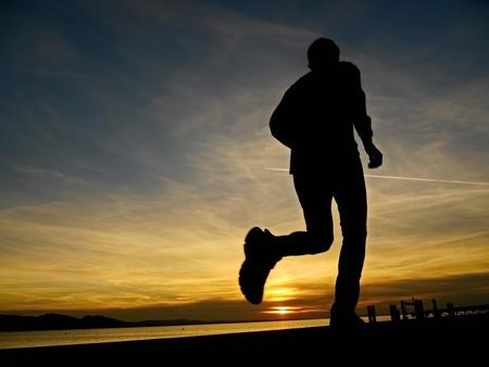 hombre deportista: silueta de un corredor en la salida del sol
