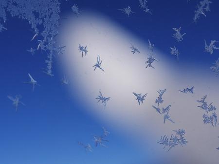 iceflower: cristalli di ghiaccio gelo sulla finestra di fondo del modello Archivio Fotografico