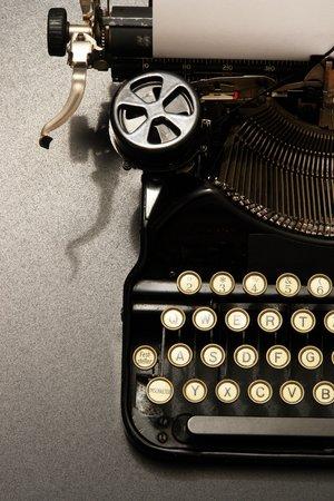 een typemachine in de sfeervolle verlichting.