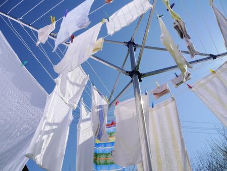 dry cleaned: vestiti appesi su un rack vestiti di essiccazione su una giornata di sole