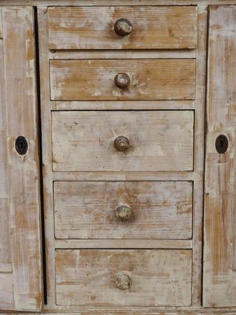 arredamento classico: un vecchio armadio marrone
