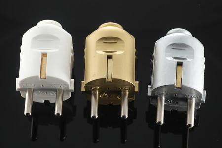 cables electricos: cables el�ctricos negros con tapones