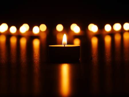 candela: Una fiamma di una candela di notte con bokeh Archivio Fotografico