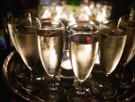 Gran cantidad de vasos de champán en la mesa del partido Foto de archivo - 52256611