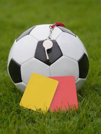 Scheidsrechter fluiten, rode en gele kaart en bal.