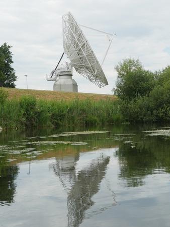 通信: 側を衛星通信アンテナ