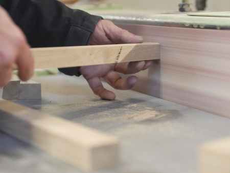 Close-up of mans hands holding small wooden plank Banque d'images