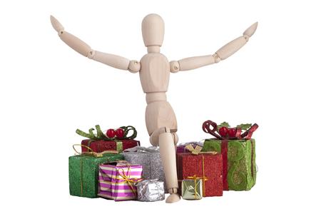 arrodillarse: Maniquí de madera que arrodillarse con el regalo de Navidad