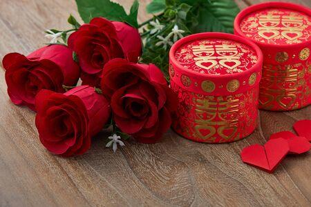 中国の伝統的な結婚式の赤いハートは、木質テーブルの背景に上昇しました, コピースペースとトップビュー