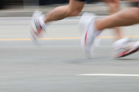 Dos corredores se ejecuta en el pavimento que muestra la velocidad Foto de archivo - 5221786