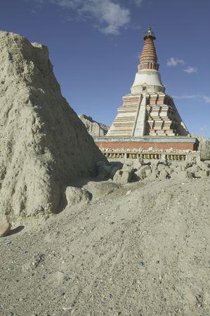 stupas: La stupa a Zhada in Tibet.