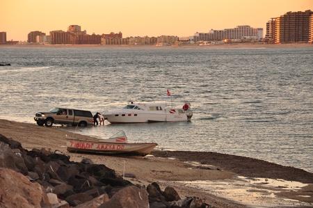 rocky point: Un SUV di traino di una barca a Rocky Point, Messico