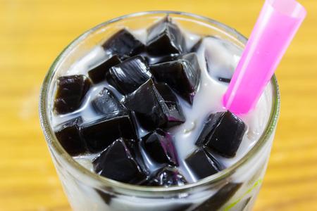 gras gelei met melk en ijs in glas