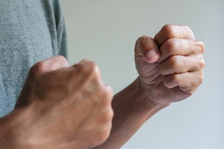 Der Mensch ist in die Kämpfe tätig darstellen, zwei Faust bereit zu kämpfen Standard-Bild - 34558706