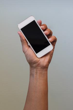 man hand houdt slimme telefoon