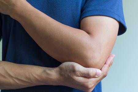 fisioterapia: macho que tiene dolor en el brazo lesionado