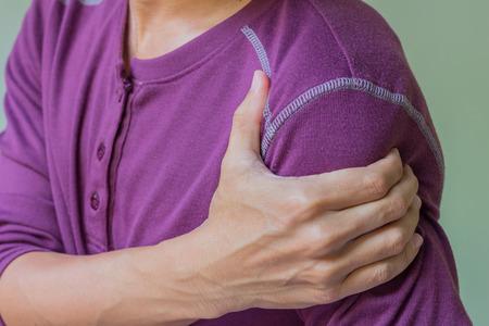 epaule douleur: jeune homme avec douleur à l'épaule