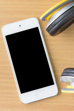 hoofdtelefoon met een mobiele smartphone op tafel