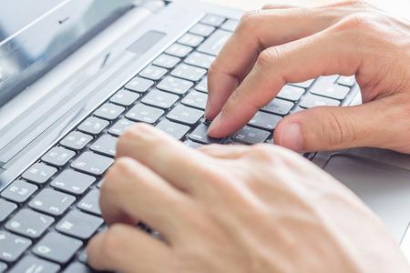 teclado: Cierre de las manos del hombre está escribiendo en el teclado Foto de archivo