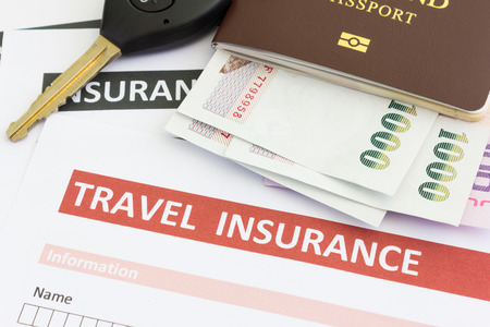 seguro: formulario seguro de viaje con la llave del coche y el pasaporte Foto de archivo