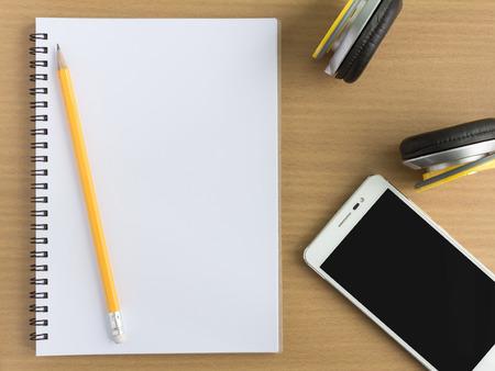 blanco notebook in bovenaanzicht met muziekconcept