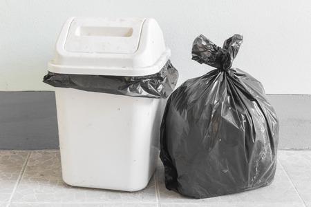 Schwarze Müllbeutel und schmutzig weißen bin Standard-Bild - 45884233