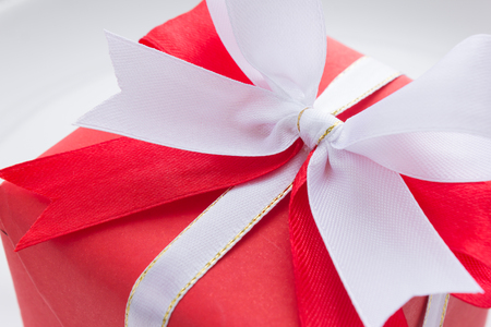 mo�o blanco: red gift box with red and white bow on white background