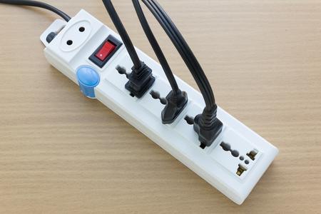 circuitos electricos: enchufes eléctricos múltiples en el vector