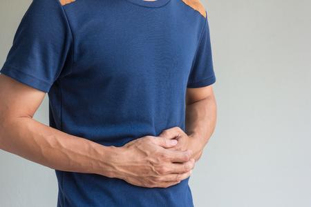 Mann haben Magenschmerzen auf grauem Hintergrund Standard-Bild - 91556896