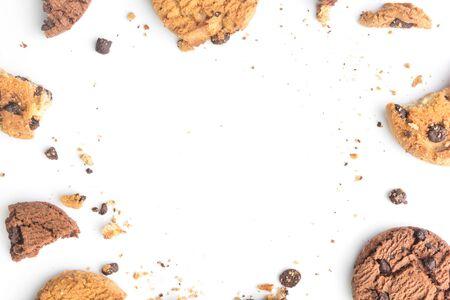 hausgemachte Schokoladenkekse auf weißem Hintergrund in der Draufsicht