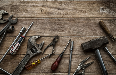 carpintero: Herramientas viejas en una mesa de madera
