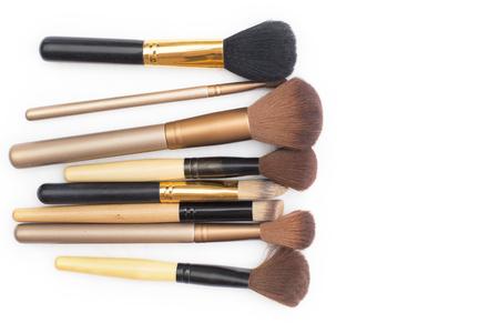 cepillo: Conjunto de cepillos del maquillaje en el fondo blanco.