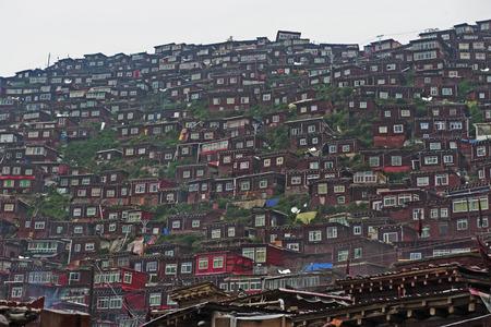 Des maisons densément peuplées sur la colline Banque d'images - 87386525