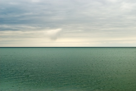 recursos naturales: Silent Lake Un cielo nublado sobre un lago silencioso y sin olas