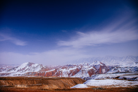 新疆雪は山を覆った