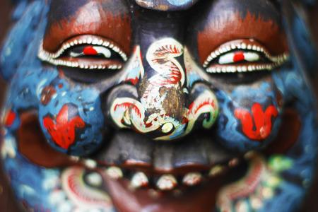 cara pintada: escultura con cara pintada