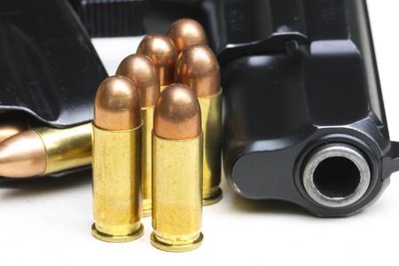 gun shell: pistola y el cartucho Foto de archivo