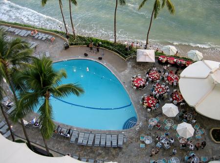View of a hotel swimming pool in Waikiki Banco de Imagens